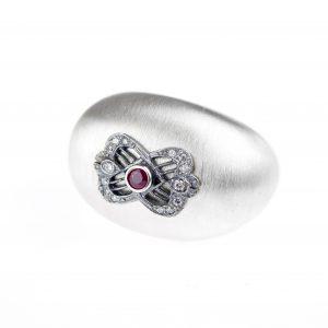 Srebrny pierścień z naturalnym rubinem i cyrkoniami.