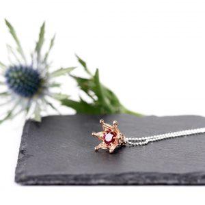 KSN/KOR/MR Naszyjnik srebrny, złocony na różowo z cyrkonią w kolorze rubinu. Cena: 370 zł