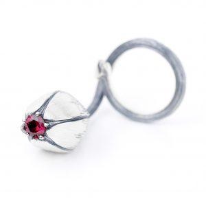 KSP15/O srebro, srebro oksydowane, cyrkonia w kolorze rubinu. Cena 515 zł