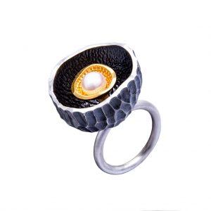 """KSP68 - pierścień w formie """"gniazda"""" z perłą hodowaną wewnątrz. Cena: 420 zł"""