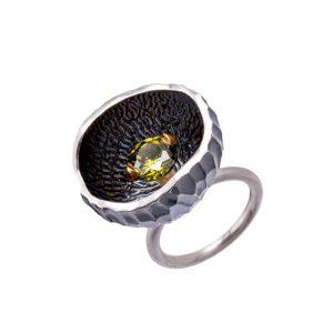 """KSP69 - pierścień """"gniazdo"""" z cyrkonią w kolorze głebokiej zieleni. Cena: 420 zł"""