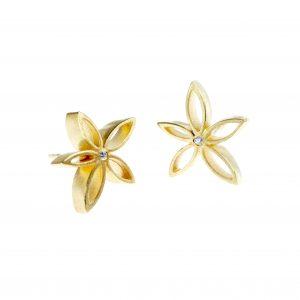 Kolczyki kwiatuszki ze srebra złoconego z cyrkonią. Na życzenie wykonujemy je także w złocie. Cena: 200 zł