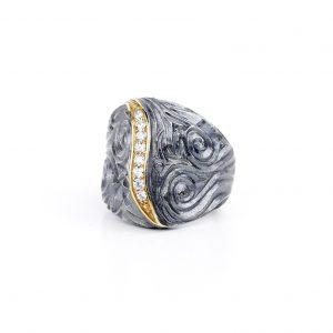 Pierścionek Pralina, srebro oksydowane, cyrkonie. Cena: 520 zł