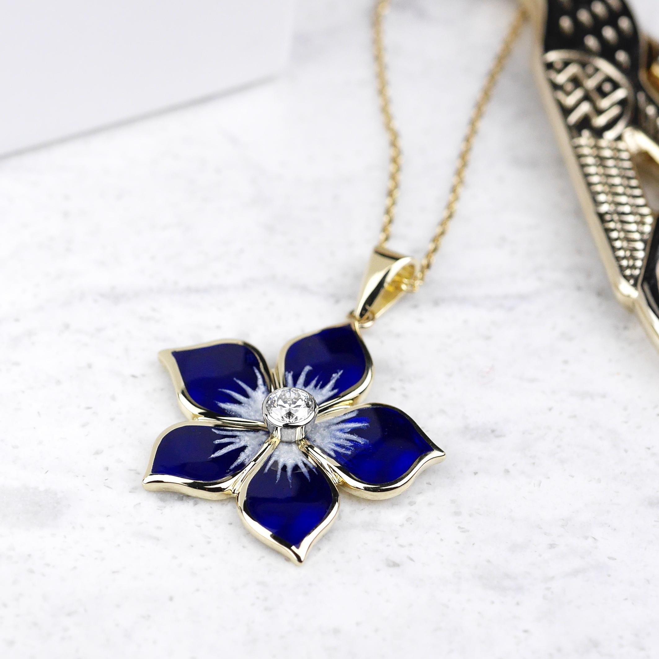 Naszyjnik kwiat z emalią i diamentem
